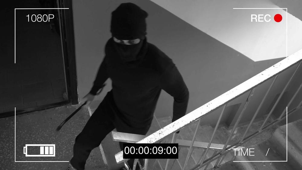 Videokamera filmt Einbrecher im Treppenhaus