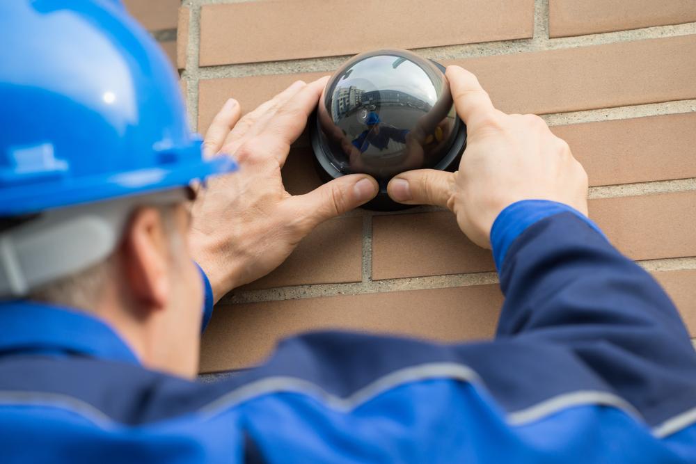 Installation einer Überwachungskamera durch eine Fachfirma