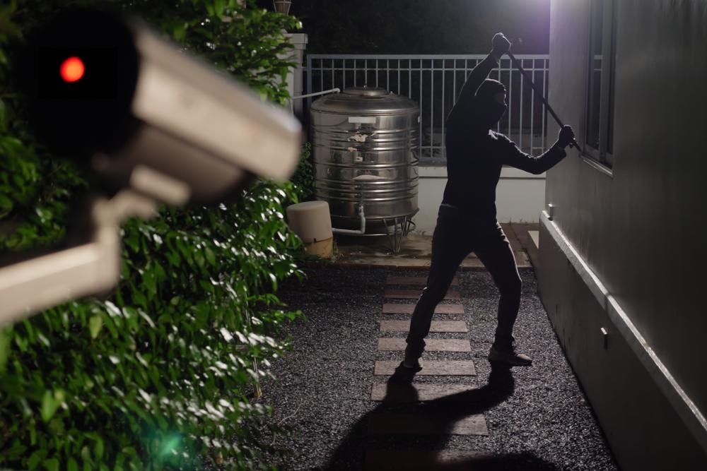 Außenkamera filmt einen Einbrecher